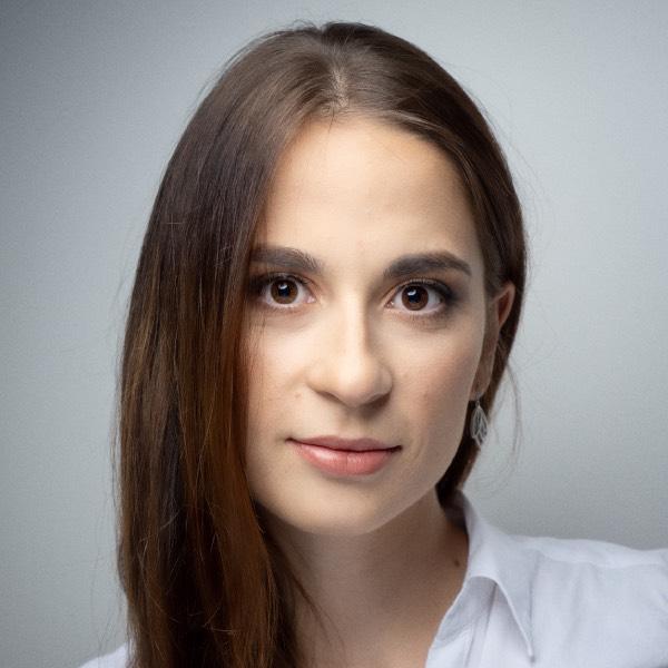 Mgr Anna Kozaczek – psycholog oraz psychoterapeuta, specjalizująca się w leczeniu dzieci, młodzieży oraz osób dorosłych.